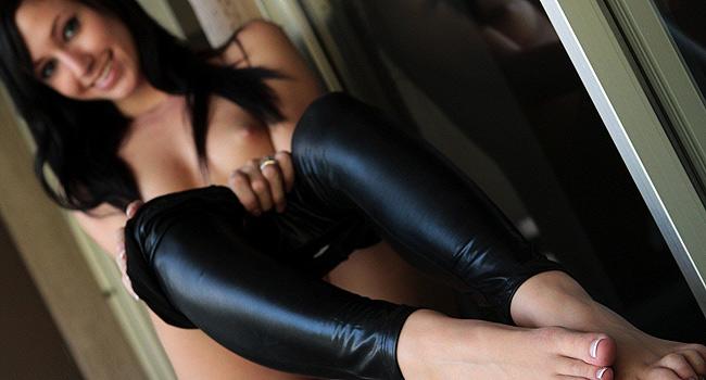 голые девушки в чёрных лосинах фото